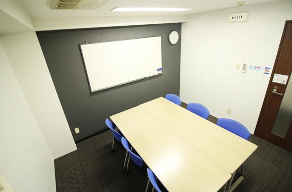定員4名様の小会議室から12名様で利用できる大会議室までご用意